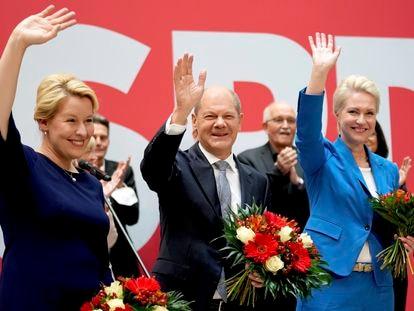 Desde la izquierda, la candidatas del SPD a la alcaldía de Berlín, Franziska Giffey; Olaf Scholz , candidato a la cancillería; y Manuela Schwesig, gobernadora del Estado de Mecklenburgo-Pomerania occidental.
