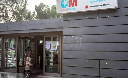 Una madre con su hija antes de entrar a consulta de Pediatría en un centro de salud de la Comunidad de Madrid.