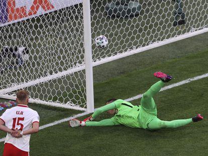La acción del primer gol eslovaco, un tanto en propia puerta de Szczesny.