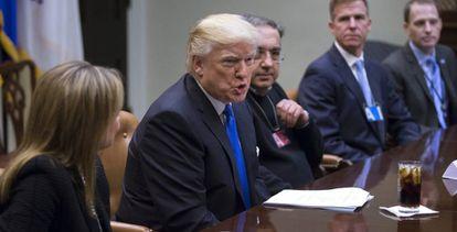 Donald Trump, en una reunión con ejecutivos del sector automovilístico, al que prometió relajar normas medioambientales.