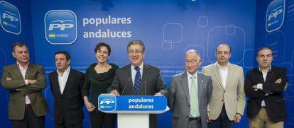 Zoido, en el centro, con los representantes del PP en las Diputaciones.
