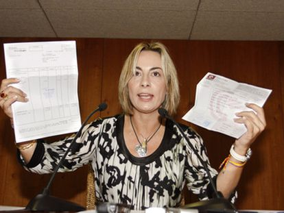 La exalcaldesa de Alicante Sonia Castedo muestra facturas de viajes a Andorra supuestamente pagados por Enrique Ortiz.