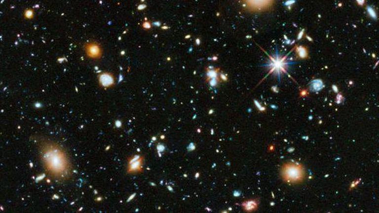 Entre todas estos elementos del espacio existen unas estrellas muertas llamadas enanas negras que ya no emiten radiación.