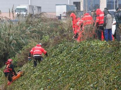 El cuerpo del ciudadano rumano desaparecido el domingo en Onda es izado de un barranco de Vila-real.
