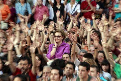 Votación a mano alzada en una de las asambleas de la Acampada de Sol del pasado mayo.