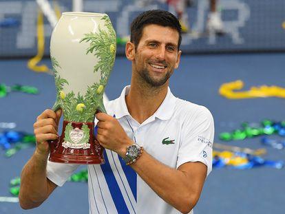 Djokovic posa con el trofeo de campeón del Masters 1000 de Cincinnati.
