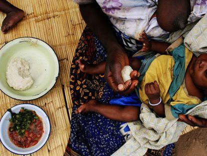 Una mujer en Malawi alimenta a su bebé.