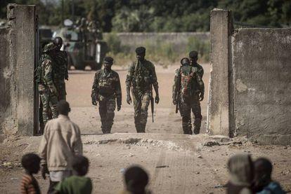 Soldados senegaleses, en la frontera de Gambia el viernes 20 de enero de 2017.