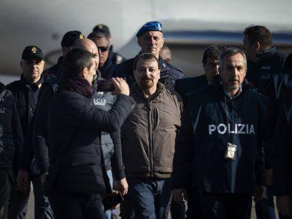 El ex terrorista de extrema izquierda, Cesare Battista, a su llegada el lunes al aeropuerto de Ciampino en Roma.