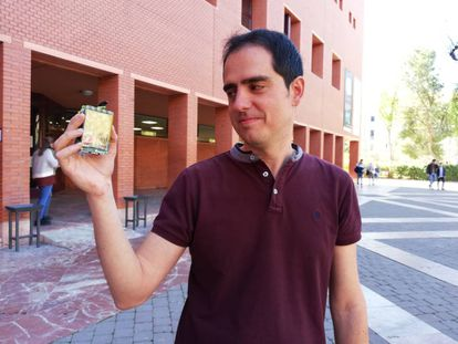 Alfonso Muñoz, responsable del laboratorio de seguridad de BBVA Next Technologies, con un móvil fabricado por él mismo.
