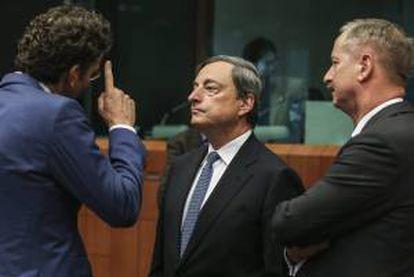 El presidente del eurogrupo y ministro de Finanzas holandés, Jeroen Dijsselbloem (i), y el presidente del Banco Central Europeo (BCE), Mario Draghi (c), participan en la reunión con sus homólogos europeos en la sede del consejo europeo, en Bruselas, Bélgica, hoy, lunes 5 de mayo del 2014.