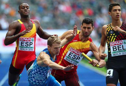 Samuel García choca con el italiano Vladímir Aceti en la semifinal de los relevos masculinos 4x400m de los Europeos.