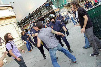 Agentes de policía se enfrentan con algunos manifestantes, ayer en la Puerta del Sol de Madrid.