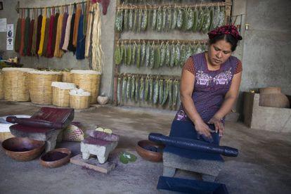 Juana Gutiérrez muele añil para teñir sus textiles.