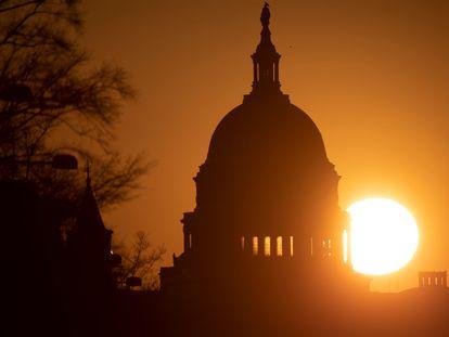 El Sol se eleva sobre el Capitolio de Estados Unidos antes del segundo 'impeachment' a Donald Trump, el lunes.