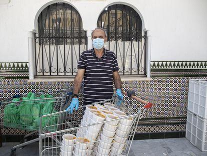 Mustafa Abdelkader en el reparto diario de comida de su ONG en Ceuta este julio.