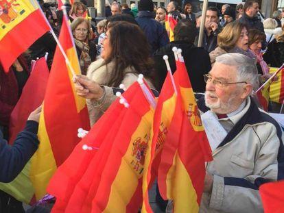 Un hombre reparte banderas de España este miércoles, en Granada.