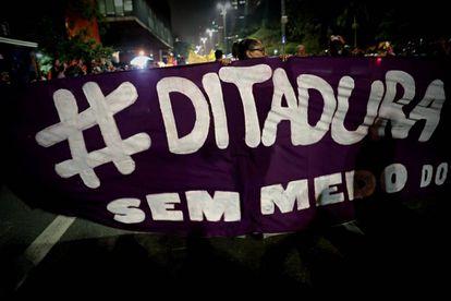 Protesta de grupos de izquierda contra el presidente electo de Brasil, Jair Bolsonaro, el 30 de octubre pasado en la ciudad de San Pablo.