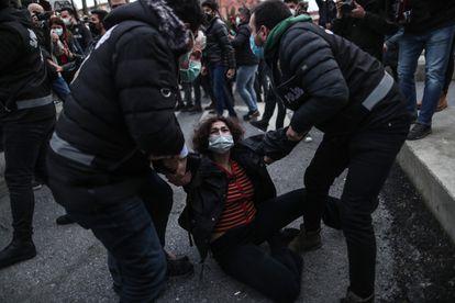 Agentes de policía turcos detienen a una manifestante frente a la Universidad del Bósforo de Estambul este lunes.