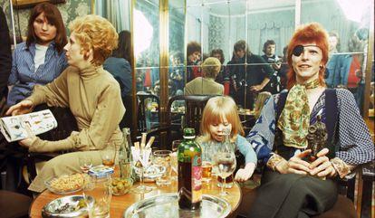 Angie y David Bowie, con su hijo Duncan, en una rueda de prensa en Ámsterdam en 1974.