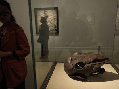 Exposición 'De Picasso a Barceló. Escultura española del siglo XX' en el Museo Nacional de Arte de China, en Pekín. Una visitante pasa junto a la obra 'Cabeza de pájaro' (1985), de Jaume Plensa.