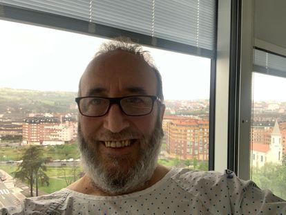 El alcalde de Yernes y Tameza, Manolo Fernández Tamargo, en su habitación de hospital de Oviedo.