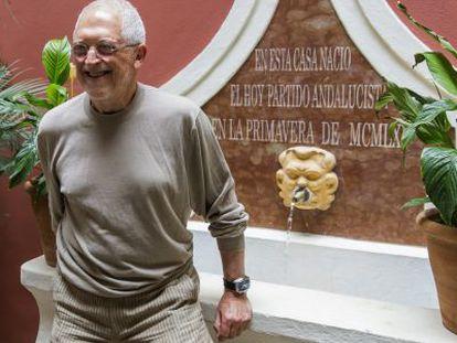 El fundador del Partido Andalucista, Alejandro Rojas Marcos, en la casa en la que nació la formación.