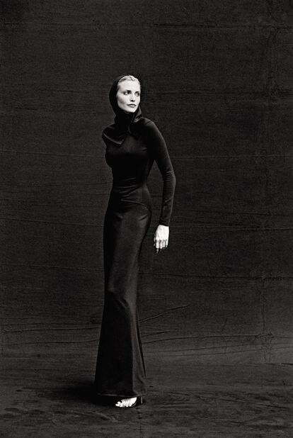 La modelo Nadja Auermann, retratada en Tokio en 1996, con un traje de la colección de alta costura otoño/invierno 1986 de Azzedine Alaïa.