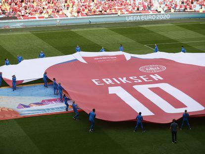 Se exhibió una camiseta gigante de Eriksen, antes del encuentro ante Gales.