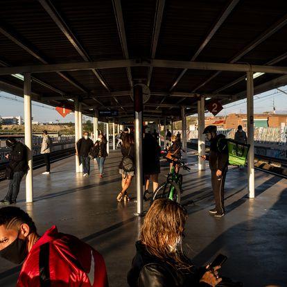 Los pasajeros esperan la llegada del tren en la estación de Vallecas, en la línea C-7 de Renfe que une Alcalá de Henares y Atocha.