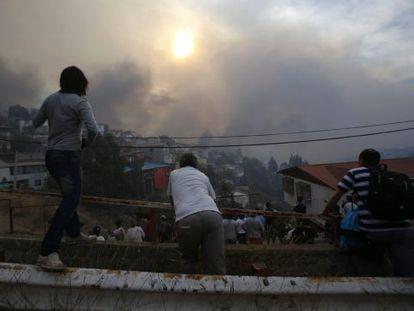 Vecinos observan el incendio en el cerro Ramaditas