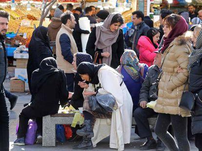 Ciudadanos iraníes, el 12 de febrero en el Gran Bazar de Teherán.
