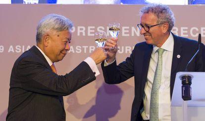 El presidente del BAII, Jin Liqun, brinda con el ministro de Finanzas luxemburgués, Pierre Gramegna, ayer en Luxemburgo.