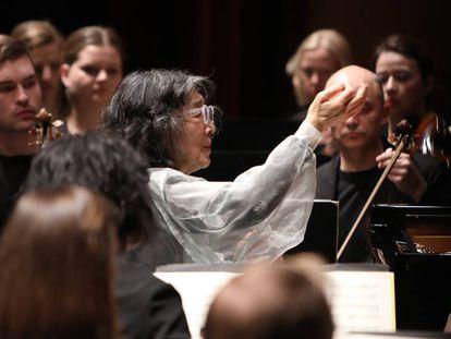Mitsuko Uchida (en el centro) dirigiendo desde el piano a la Mahler Chamber Orchestra, este miércoles en Pamplona.