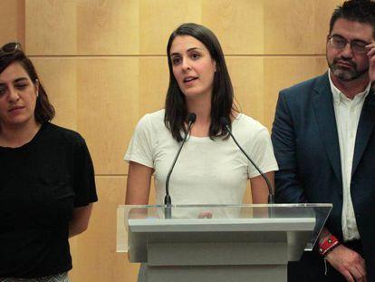 La portavoz del Ayuntamiento de Madrid Rita Maestre (centro) junto a Celia Mayer (izda.) y Carlos Sánchez Mato de Ahora Madrid.