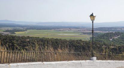 Desde Vejer de la Frontera (Cádiz) se aprecia parte de la zona de la comarca de La Janda con tierras de cultivo, en las proximidades de donde se encontraba la desecada laguna del mismo nombre.