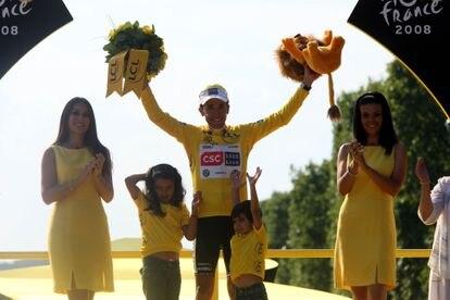 Carlos Sastre, con sus hijos, en el podio de los Campos Elíseos de París tras ganar el Tour 2008.
