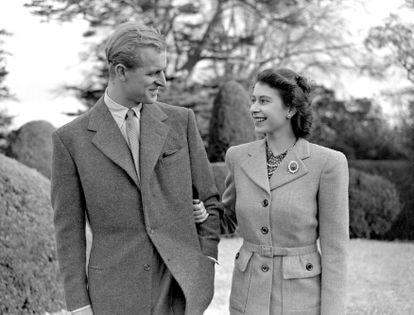 La entonces princesa Isabel y Felipe de Edimburgo, el 23 de noviembre de 1947, en su primera aparición pública tras su boda, celebrada en Londres tres días antes.