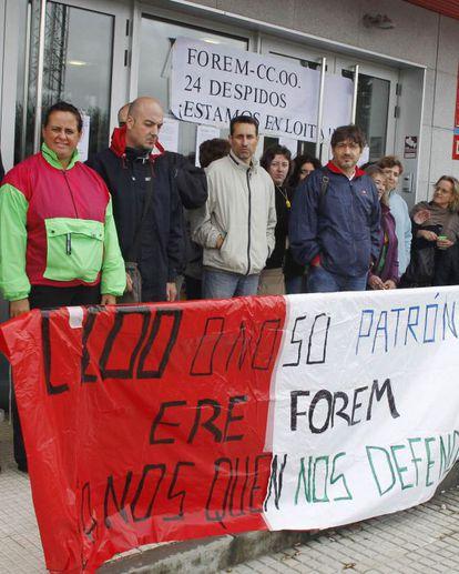 Trabajadores de Forem manifestándose ante la sede de Santiago.