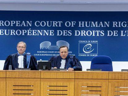 El presidente del Tribunal Europeo de Derechos Humanos (TEDH), Guido Raimondi (derecha), y el subsecretario de la Gran Cámara, Soren Prebensen, en 2019.
