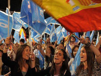 Simpatizantes del PP celebran la victoria de las elecciones 2011 en Génova.