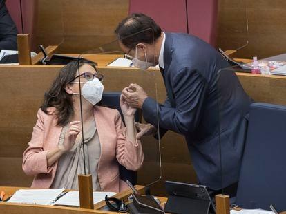 La vicepresidenta primera Mónica Oltra conversa con el consejero de Hacienda Vicent Soler, al que la semana pasada plantó en una cita para negociar los presupuestos.