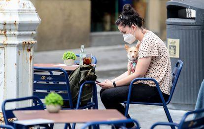 Una joven, en una terraza de San Sebastián.