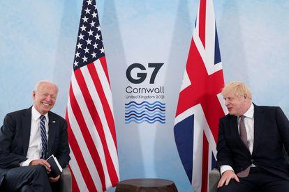 Joe Biden ríe junto a Boris Johnson en Carbis Bay, Cornualles, el 10 de junio de 2021.