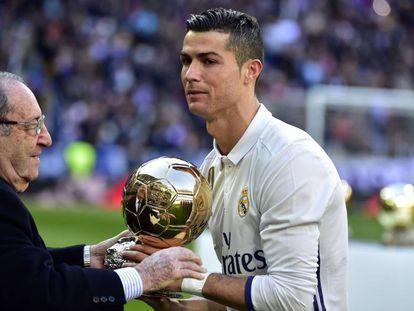 Gento entrega el Balón de Oro a Cristiano.