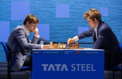 Jordan Van Foreest y Carlsen, durante su partida de hoy