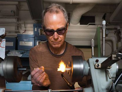 Un técnico prepara equipamiento para el laboratorio JILA de la Universidad de Colorado. En vídeo, investigadores de las universidades de Salamanca y Colorado comentan el hallazgo.