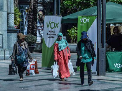 Un puesto de Vox en el centro de Ceuta durante la campaña del 26-M.