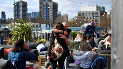 Dos personas se abrazan en un bar de la azotea Skylight , en Londres.