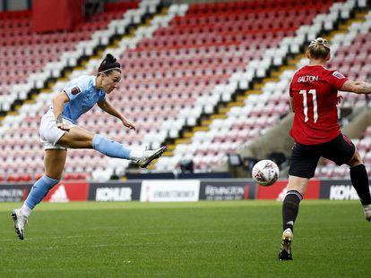 Lucy Bronze volea el balón en un partido del City ante el United el pasado noviembre en Leigh.